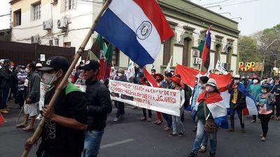 Campesinos marchan por el microcentro capitalino