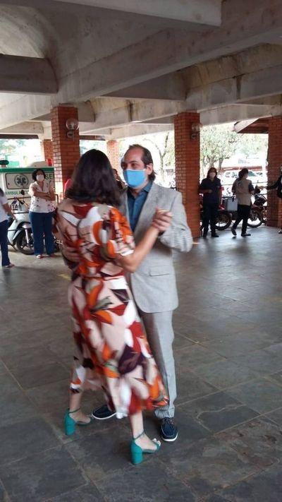 Un medico decidió contraer matrimonio en el Hospital Regional