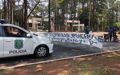 CDE: Indígenas cierran calle para exigir documentación de niños