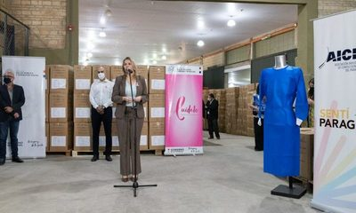 Confeccionistas entregaron batas de producción 100% nacional