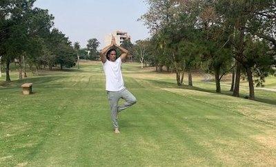 Crónica / Ahora, Roque le mete al yoga