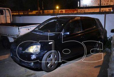 Abandonan vehículo denunciado como robado en Roque Alonso