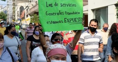 La Nación / Funcionarios administrativos de Clínicas se manifiestan por cobro de gratificación