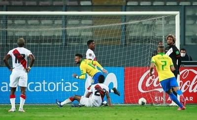 HOY / Neymar desquicia a Perú con un triplete cargado de polémica