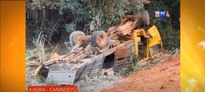 Hombre fallece al caer a un precipicio con su camión