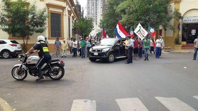 Reportan bloqueos por manifestaciones en el centro de Asunción