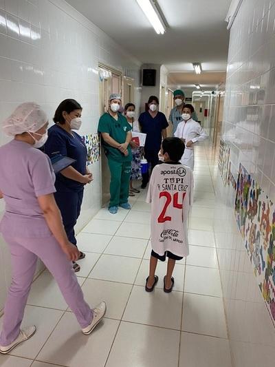 Tras exitoso trasplante cardíaco, Miguelito abandonó el hospital con su casaca de Olimpia