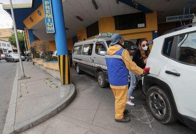Bolivianos se abastecen de combustible por miedo a un conflicto electoral