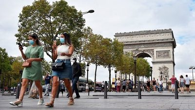 Macron anuncia toque de queda en París