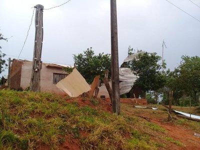 Ventarrones destecharon casas y dejaron sin luz a familias en varios puntos del país