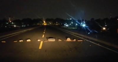 """La Nación / Preparan """"barricadas"""" con piedras para asaltar a automovilistas en la Costanera"""