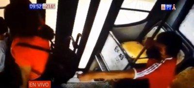 Sin miedo a nada: Descuidista le retira celular a pasajera en bus