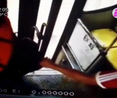 """Cámaras captan a """"descuidista"""" robando en un bus"""