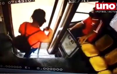Carteristas contraatacan: Mirá el modus operandi con el que asaltan en los buses