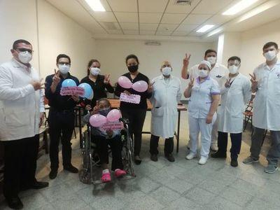 Pacientes renales con COVID salen de alta
