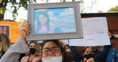 La Nación / Familiares de Natalia Godoy rechazan inminente arresto domiciliario para Florencia