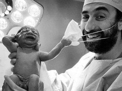 Recién nacido trata de quitar la mascarilla al doctor