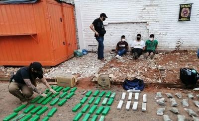 HOY / Detienen a tres hombres que ocultaban marihuana entre bolsas de mandioca