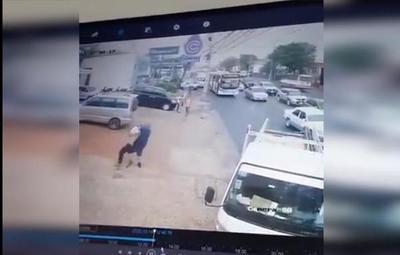 ¡Héroe sin capa! Conductor reduce a delincuente y evita asalto