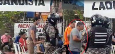 HOY / Colonia Independencia: hombre con orden de captura se pasea frente a Policías