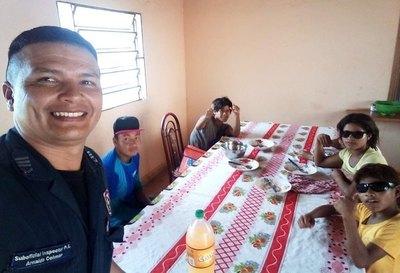 """Crónica / Para sacarles del """"vicio"""" dan comida a indígenas"""