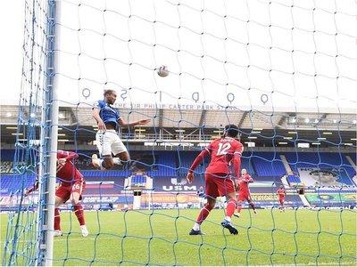 Al Liverpool se le escapa el derbi de Merseyside y pierde a Van Dijk