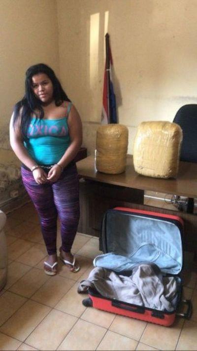 Joven mujer cae con 13 kilos de marihuana en J. Eulogio Estigarribia