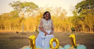La Nación / Con una creativa sesión de fotos celebró su 101 cumpleaños