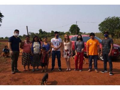 Un grupo de jóvenes ayudan a los indígenas  de Trinidad
