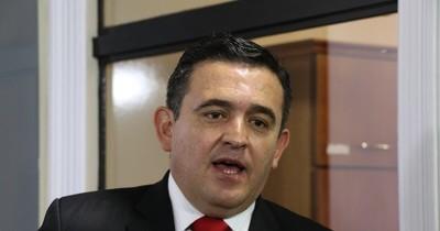 La Nación / Petta seguirá en el MEC, pese a críticas y flojo desempeño en el ente