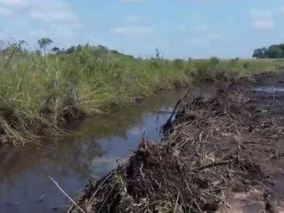 Denuncian canalización ilegal del estero Tapiracuai