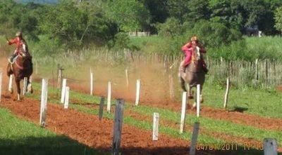 Rescatan a adolescentes que eran utilizados como jinetes en carreras de caballos