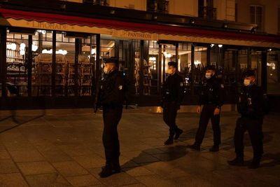 Calles de París desiertas en primera noche de toque de queda