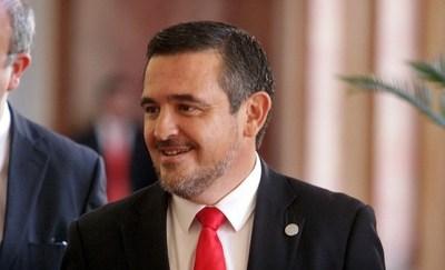 Decepción ciudadana por la permanencia de Petta en el gabinete