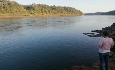 Pescador desaparece en aguas del Paraná tras vuelco de canoa