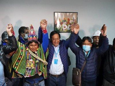 Candidato de Evo celebra triunfo a espera de resultados oficiales