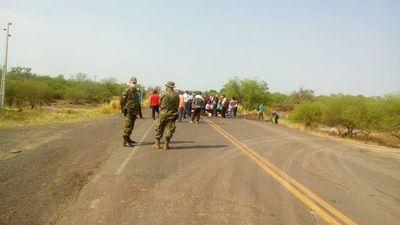 Nativos cierran Transchaco en Río Verde y generan larga fila de conductores varados