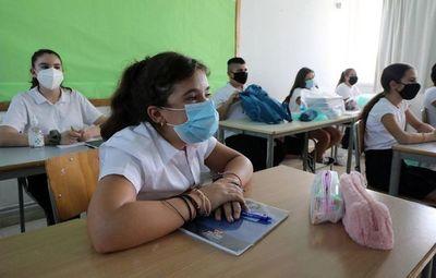 Salud analiza vuelta a clases para alumnos de último año en noviembre