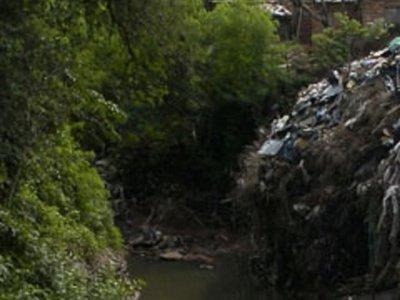 Un hombre hallado sin vida en una profunda zanja en Asunción