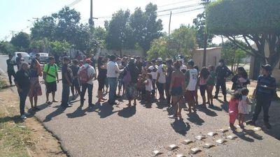 Indígenas se manifiestan frente a la casa del presidente del Indi