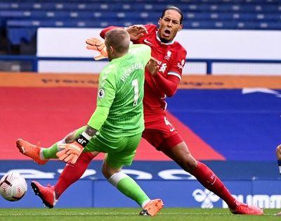 Pickford no será sancionado por lesionar a Van Dijk