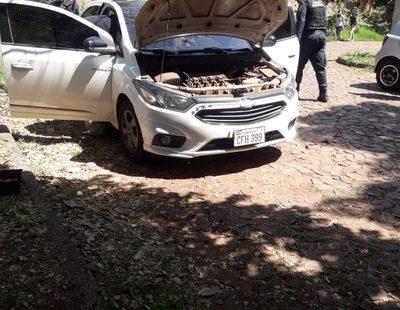 Delincuentes abandonan vehículo robado