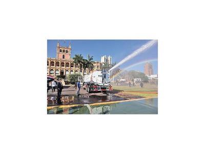 Itaipú entrega cinco camiones hidrantes