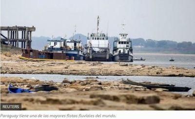 La histórica sequía del río Paraguay que tiene barcos sin poder navegar y amenaza a la economía del país