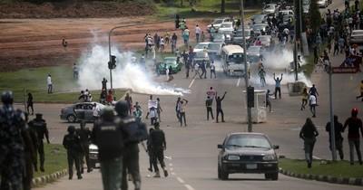 La Nación / Lagos impone un toque de queda tras incidentes en manifestaciones