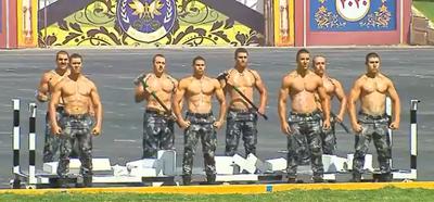 "Crónica / (VIDEO) Policías pyahu de Egipto desfilaron al estilo ""Rambo"""