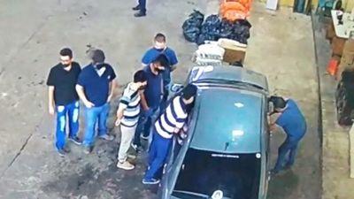 Funcionarios de la Aduana filmados cuando cobran coimas para liberar contrabando