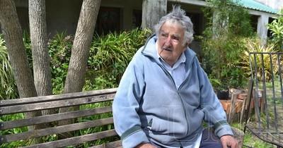 """La Nación / José """"Pepe"""" Mujica se retira de la política: balas, flores y un mensaje al mundo"""