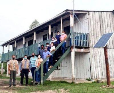 Instalan antena amplificadora de señal de internet y panel solar a escuela indígena