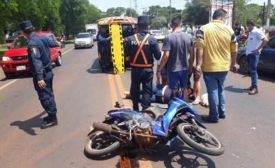 Motociclista lesionada tras ser embestida por un automóvil